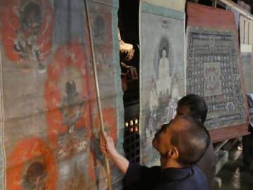 国宝の本堂内に虫干しされる寺宝の掛け軸(滋賀県湖南市・長寿寺)