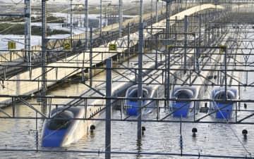 台風19号による大雨の影響で浸水したJR東日本の長野新幹線車両センターに並ぶ、北陸新幹線の車両=13日、長野市