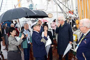 帆船海王丸の説明を聞く参加者ら=射水市海王町