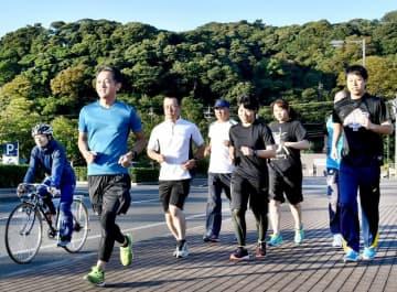 敦賀マラソンに向け、ランニングの練習に励む福井県警敦賀署員=10月9日、福井県敦賀市金ケ崎