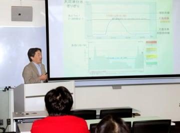 台風19号の被害について調査結果が示された新潟大学災害・復興科学研究所の報告会=19日、新潟市西区