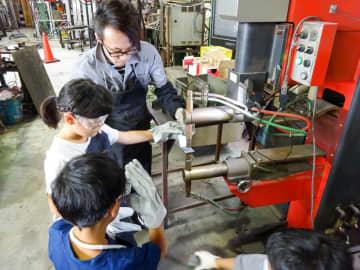 溶接加工を体験する子どもたち=綾瀬工業団地
