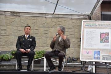 新しいメロディーへの思いを語る佐藤将展さん(右)と千葉利博駅長