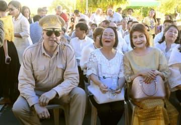 会場に登場したマッカーサーのそっくりさん(手前左)=20日、フィリピン・パロ(共同)