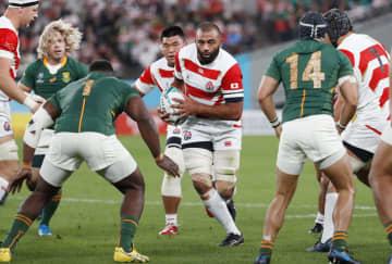 日本―南アフリカ 前半、攻め込む日本のリーチ=味の素スタジアム