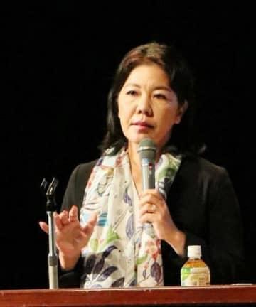 沖縄の基地問題について講演する琉球新報社の島報道本部長