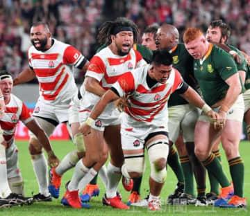 日本-南アフリカ 前半、スクラムから相手の反則を誘い、雄たけびを上げる堀江(中央)=味の素スタジアム
