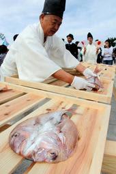 白装束姿で大正時代の調理作業を再現した「献上鯛まつり」=南あわじ市阿那賀