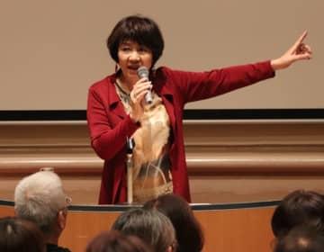 【講演する里中満智子さん=明和町竹川の斎宮歴史博物館で】