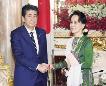 会談前に握手を交わす安倍首相(左)とミャンマーのアウン・サン・スー・チー国家顧問兼外相=21日午前、東京・元赤坂の迎賓館(代表撮影)