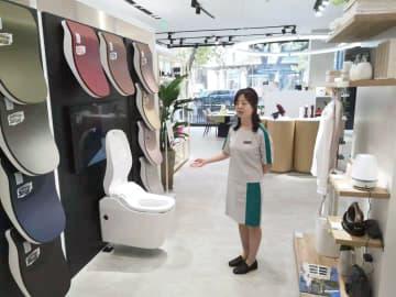 パナソニックが新設したショールームで最新の便座などを紹介するスタッフ=21日、中国・杭州(共同)