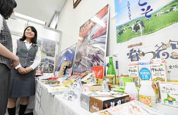 北海道の物産や観光情報を紹介する展示コーナー