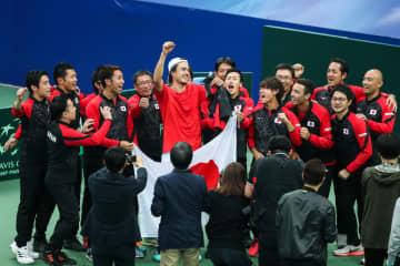 2月の「デビスカップ」予選ラウンドで勝利したときの日本代表チーム