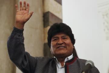 ボリビア大統領選が行われた20日、支持者に手を振る現職のモラレス氏=西部ラパス(AP=共同)