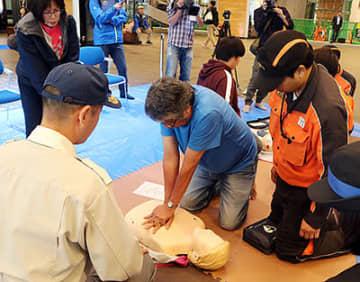 胸骨圧迫を体験する参加者