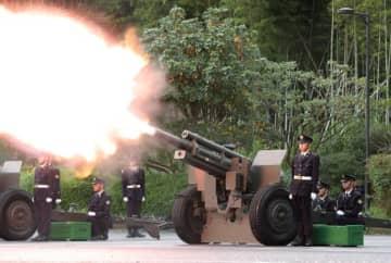 時事通信 「即位礼正殿の儀」に合わせて発射された陸上自衛隊の礼砲=22日午後、東京都千代田区