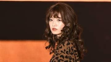 小室安未:超ミニボトムですらり美脚 巻き髪&ブラウンリップで大人可愛く