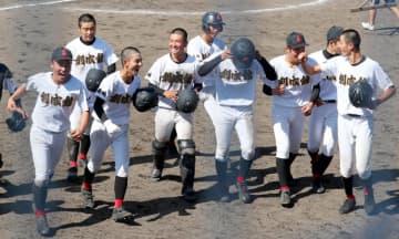 試合後、応援席にあいさつして笑顔を見せる創成館の選手たち=佐賀市立野球場