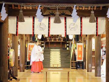 剣の舞を奏でるみこ=射水神社