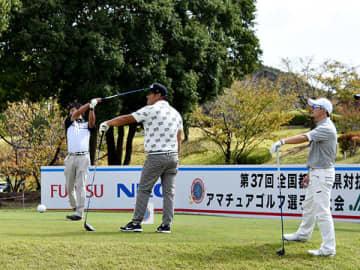 最終調整する(左から)根津、小川、木村=22日、岡山県玉野市の東児が丘マリンヒルズゴルフクラブ1番ホール