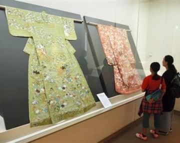 勇姫が愛用した振り袖などゆかりの約40点が並ぶ展覧会場=22日、熊本市中央区
