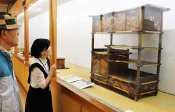 華やかな工芸品や美術品などがずらりと並ぶ特別展=新潟市西蒲区