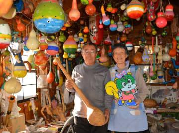 ひょうたん飾り作りに励む澤義一さん(左)と節子さん