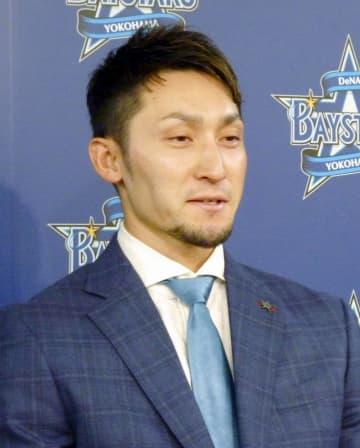 記者会見で、残留を表明したDeNAの伊藤光捕手=23日、横浜市の球団事務所