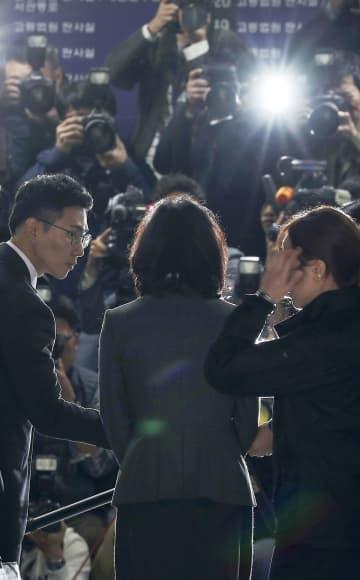 ソウル中央地裁に出頭し報道陣の取材に応じるチョ・グク前法相の妻(中央)=23日(聯合=共同)