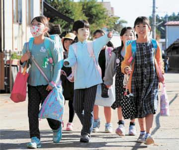 再開した丸森小に登校する子どもたち=23日午前8時35分ごろ、宮城県丸森町(写真の一部を加工しています)