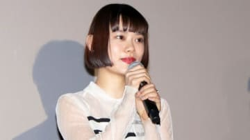 杉咲花:胸元シースルーのボーダー柄ドレスで爽やかに 真っ赤なリップがアクセントに