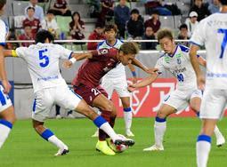 神戸-大分 前半、相手選手に囲まれながらボールをキープする神戸FW田中=23日夜、ノエビアスタジアム神戸(撮影・後藤亮平)