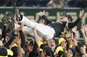 4連勝で3年連続10度目の日本一に輝き、胴上げされるソフトバンクの工藤監督=23日、東京ドーム
