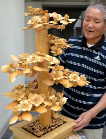 神田さんが作ったツバキをモチーフにした竹細工(京都市右京区)