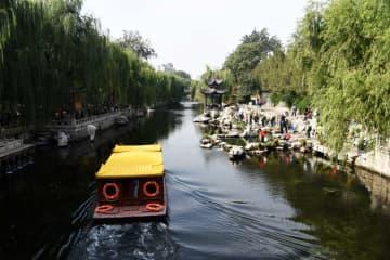 済南護城河のほとりで泉とヤナギを堪能 山東省