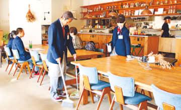 店内の清掃に取り組む生徒