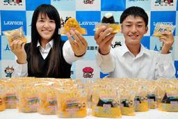 商品化されたおにぎりを手に笑顔の姥谷陽日さん(左)と脇本拓哉さん=洲本実業高校
