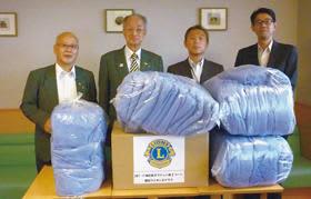 日野会長(左)と田中幹事(左から2人目)が善意を届けた=写真はミネルバ病院