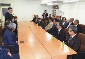 小笠原市長を表敬訪問した宮城県白石市の大鷹沢自治会OB会関係者