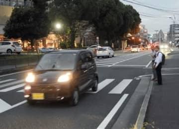 県内の信号機のない横断歩道で、渡ろうとする歩行者がいた場合の一時停止率は11.0%と、全国平均(17.1%)を大きく下回る結果となった=18日、熊本市中央区