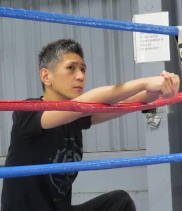 選手のスパーリングを見守る西尾誠さん。日本では三迫ジム、帝拳ジムといった名門でトレーナーを勤めてきた