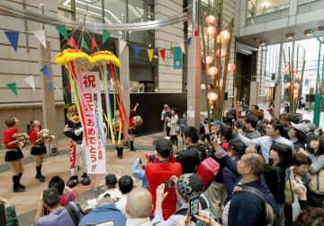 ソフトバンクホークスの日本シリーズ3連覇を記念し割られたくす玉=24日午前、福岡・天神