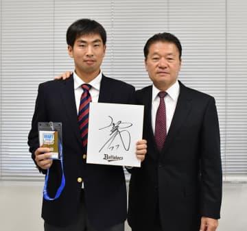 オリックスから指名あいさつを受けた国際武道大の勝俣(左)=勝浦市