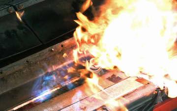 ごみ収集車の中で発火するカセットボンべ(NITE提供)