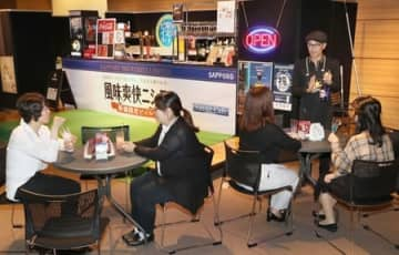 新潟市を一望しながら軽食を楽しめるサンセットカフェ=新潟市中央区