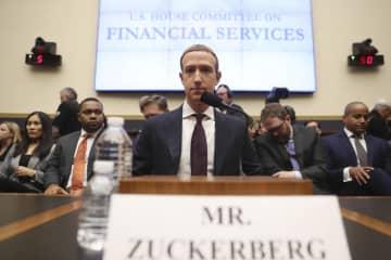 米議会下院金融委員会の公聴会に臨む米フェイスブックのザッカーバーグ最高経営責任者(CEO)=23日、ワシントン(AP=共同)