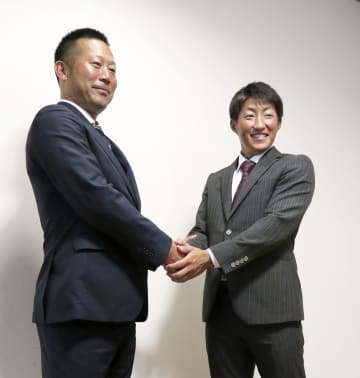 ドラフト1位指名のあいさつで訪れた楽天の三木監督(左)と握手する大阪ガスの小深田大翔内野手=24日、兵庫県西宮市