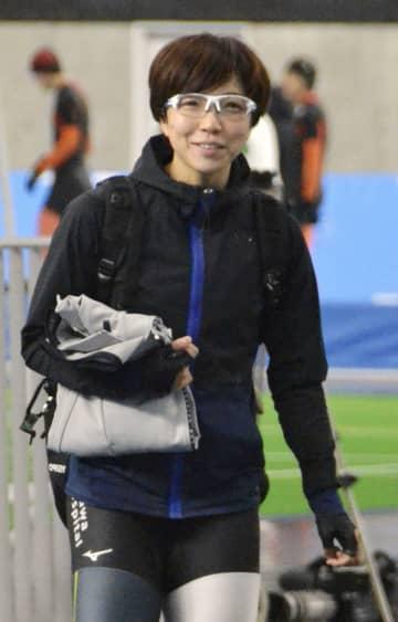 スピードスケートの全日本距離別選手権に向けた調整を終え、笑顔を見せる小平奈緒=青森県八戸市