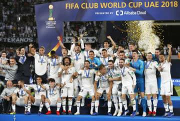 昨年のサッカークラブW杯決勝でアルアインを下して3連覇を飾り、喜ぶレアル・マドリードイレブン=2018年12月22日、アブダビ