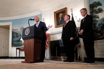 米ワシントンのホワイトハウスでシリア情勢について語るトランプ大統領(左)=23日(ロイター=共同)